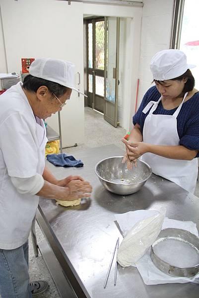 小靖在烘焙廚房中跟著師傅學習做餅乾.JPG