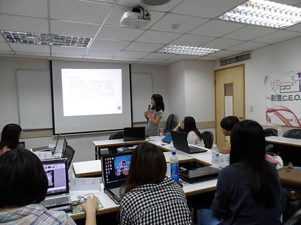 圖1學員發表商品簡報,其餘學員專注聆聽