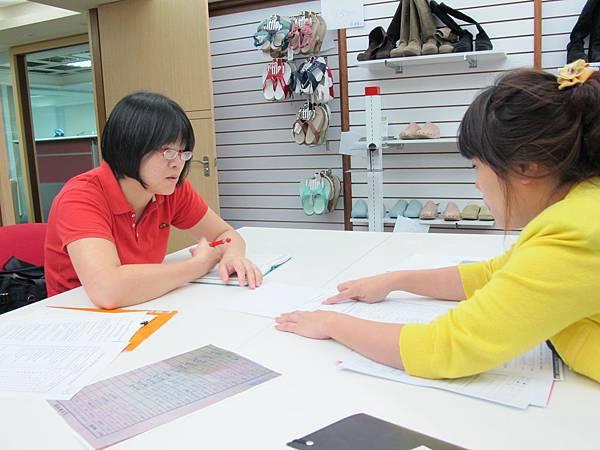 學員見習時親自訪視見習職場,以了解學員見習學習與適應狀況.JPG