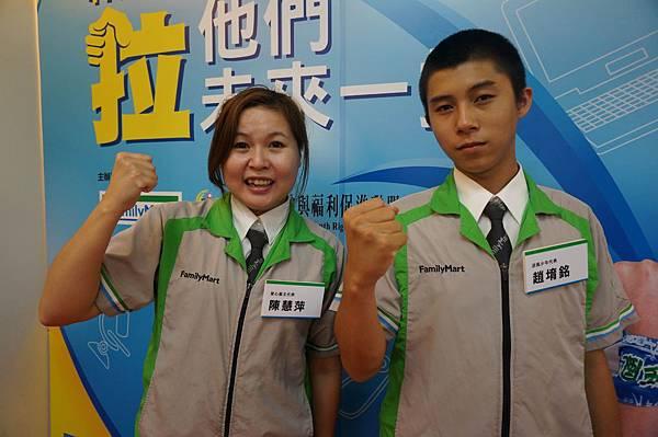 逆風計畫服務的少年阿銘(右)生平第一份工作就是在全家便利商店, 在店長陳慧萍(左)的照顧和教導下, 阿銘變得更加有自信, 對未來充滿了方向感!