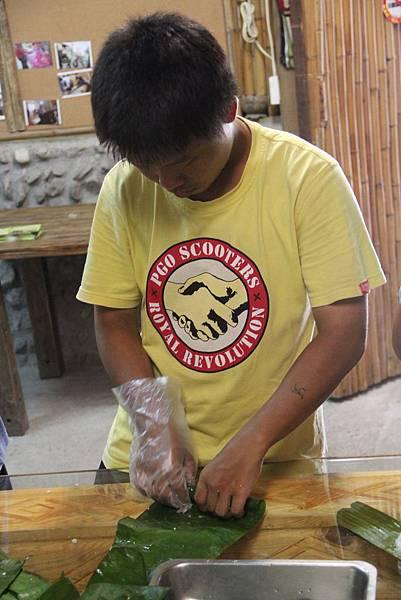 學習製作香蕉飯的小明
