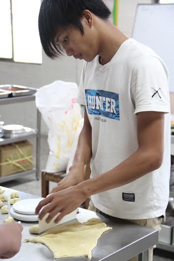 學員小剛在習藝所烘焙坊實習
