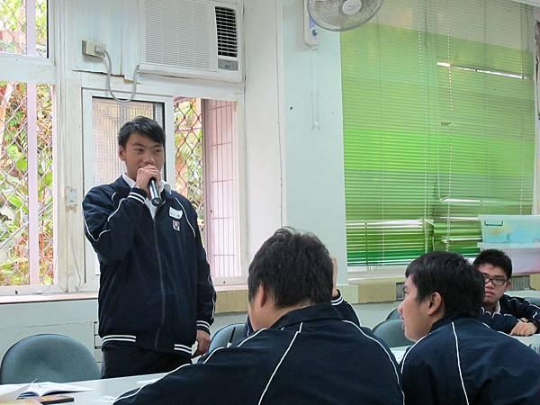 同學正練習應徵工作前的自我介紹