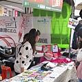 害羞內向的小薇正在努力的向消費者介紹好色計的公益商品