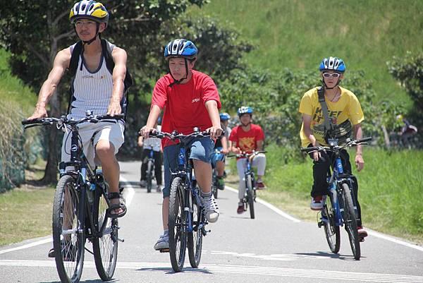 就輔員帶領學員騎車訓練耐力