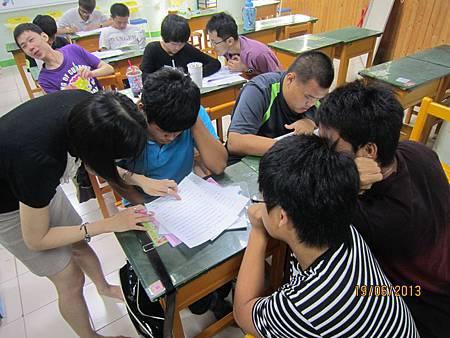 圖1培訓課程(履歷自傳製作)授課老師教導學員寫履歷表自傳