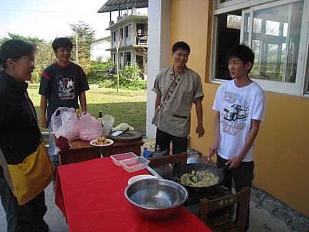 自由時報記者採訪學員廚藝表演-得安 (2)