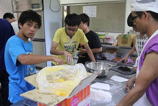 阿政與同學一起學習做烘焙.jpg