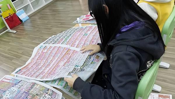 課程中引導學員了解有哪些求職管道,小敏透過求職報紙了解有哪些求職陷阱,並避免陷入危險。