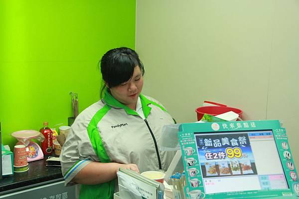小婕在全家便利商店實習,在工作中學習與成長.jpg