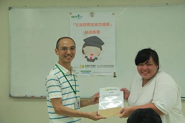 小婕順利完成芥菜種會的培訓課程,獲頒結訓證書