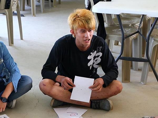 一頭金髮的阿傑其實對畫畫充滿熱情和想法