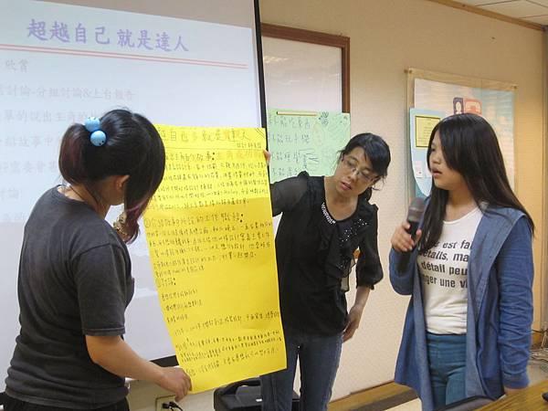 小懿與小楓挑選設計達人吳明龍,與學員們進行分享。.JPG