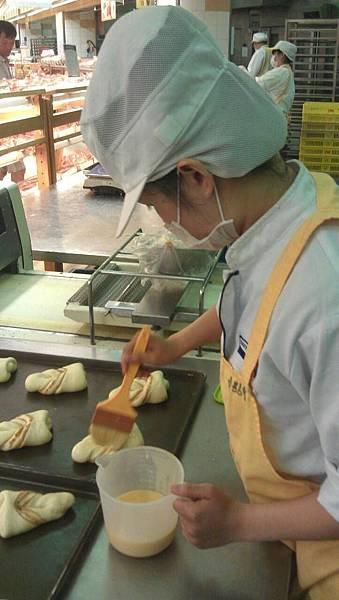 看著廠外買麵包的客人,總感到相當喜悅