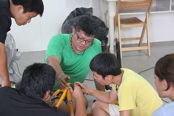 講師羅宇宸指導學員拆卸單車零件.jpg