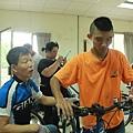 在培訓課程中學習單車維修及保養技術.jpg