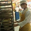 準備將麵包移至烤爐,真令人期待.jpg