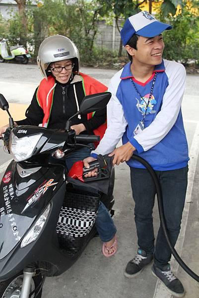 在加油站實習時,阿固表現出良好的服務態度與責任感
