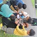 培訓學員細心地為小朋友穿戴安全裝備,為爬樹做準備