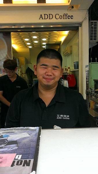 學員現在於艾得咖啡飲料店工作時的模樣  (1)