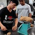 在職場中協助今年的逆風學員做麵包.jpg