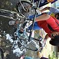 受捐贈的小朋友細心清洗屬於自已的二手單車