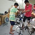 東華大學單車合做社的大哥哥,指導逆風少年檢修二手單車