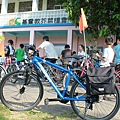 逆風少年的單車後袋中裝滿生活物資,準備送到偏鄉孩童的家中.jpg