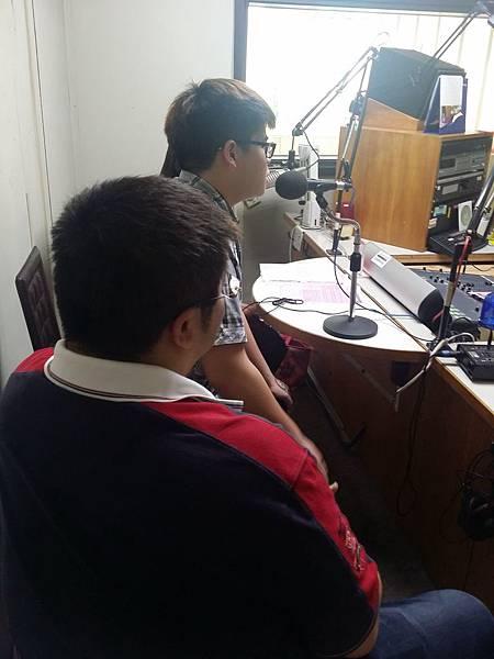 06小龜第一次參與桃園電台現場直播節目,不斷表示西當期待。.jpg