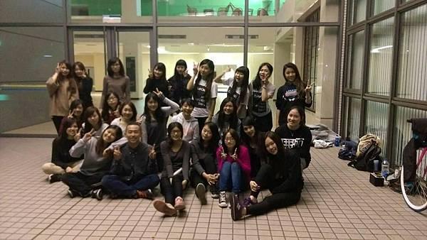 張同學(第一排左二)和熱舞社的後輩們.jpg