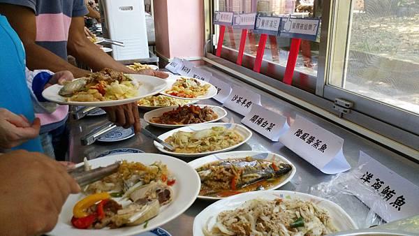阿俊以自助餐會方式,邀請老師們見證他的烹飪實力.jpg