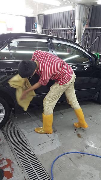 07職場見習中芝麻努力學習汽車美容技巧.jpg