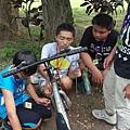 在大哥哥的指導下,小朋友學習維修二手單車,成為舊鐵馬的新主人