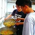 逆風學員與兒少家園的孩子共同做餐