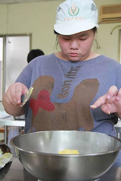 小婕在烘焙廚房中不僅學技術,同時磨態度 (1)