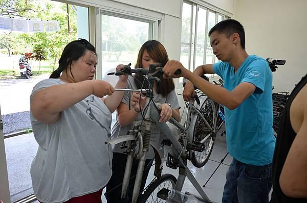 孟婕學習單車維修