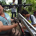 孟婕在逆風大串聯活動中,協助青少年維修單車
