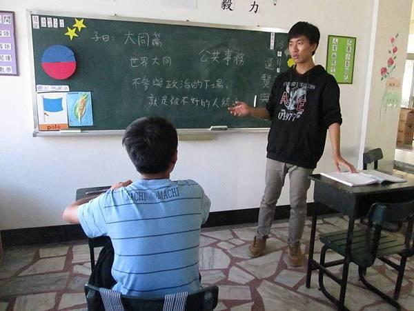 圖一正在陪讀的林同學