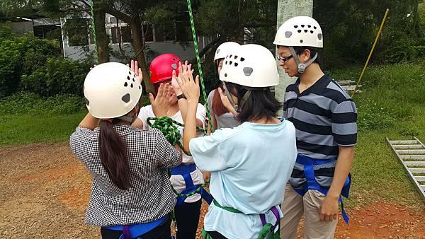 09學員們擊掌歡呼,小E在夥伴們的協助下,平安回到地面。.jpg