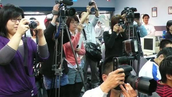 現場來了好多媒體記者