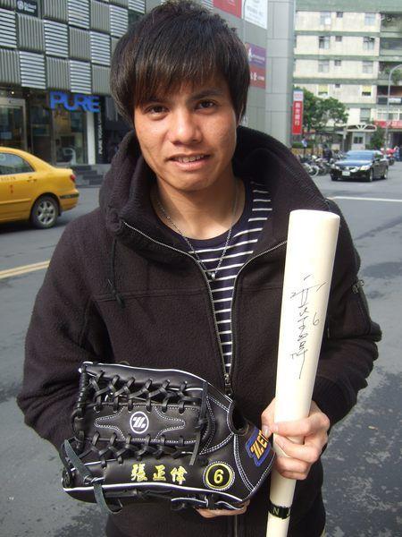 張正偉棒球手套.jpg