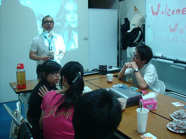肯邦美髮陳老師與學員分享自己的生命故事.JPG