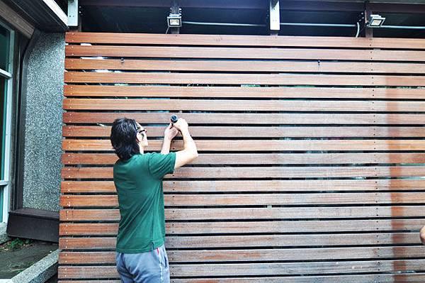 首先先把木板的螺絲&釘子一個一個拆除
