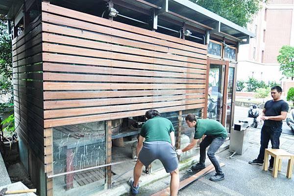 再合力把木板條一個一個拆除...工程繁瑣..