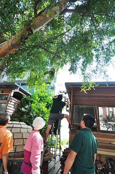 """還需拆除大木屋上方的雨遮才能讓吊車""""工作"""""""