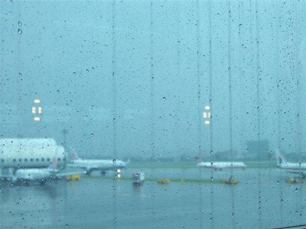 因為颱風而陰雨綿綿的小港機場