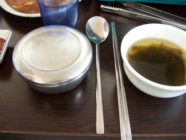 扁筷.鐵碗.圓湯匙.海帶湯,一整個很韓國吧~