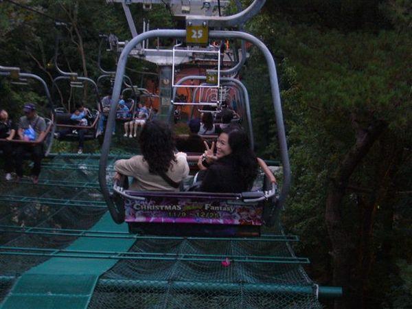 纜車坡度很陡,所以我們很抖.....
