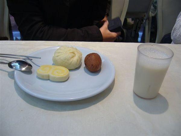 淳的可憐兮兮寒酸早餐....XD