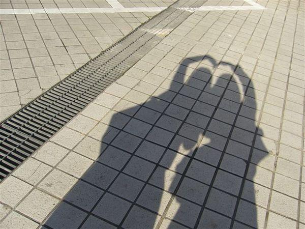 我和鄭茵的影子,那天早上陽光很明亮唷!
